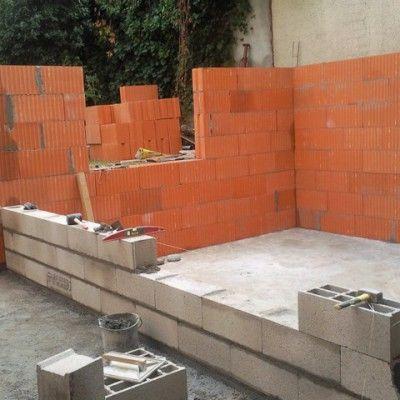 Montage de mur en parpaing et brique